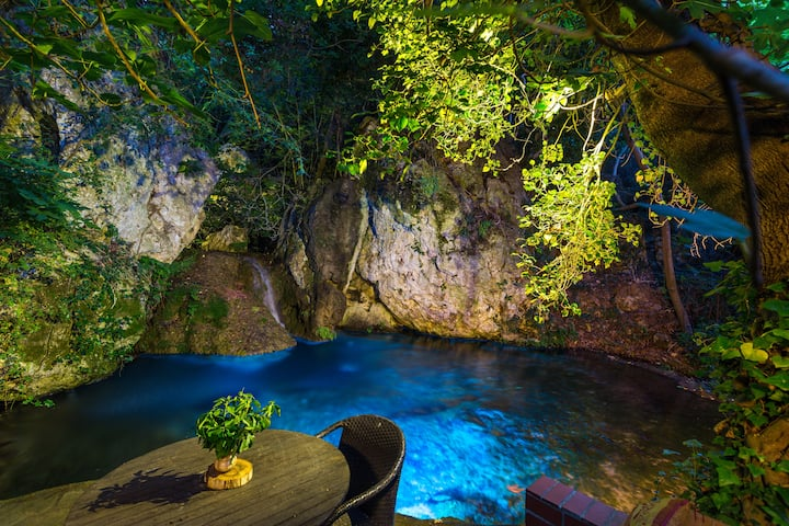 Hidden paradise with natural lagoon-pool !