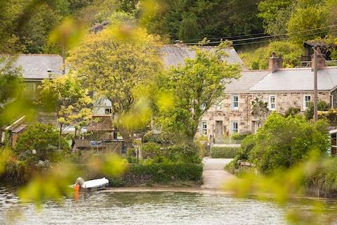 Navas Nook, Dog Friendly Waterfront Cottage