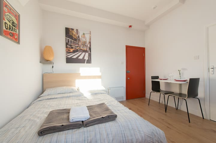 Nice and bright Studio 1 min away from the station