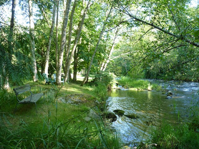 Treed garden acre on the river... - Maple Ridge - Bed & Breakfast