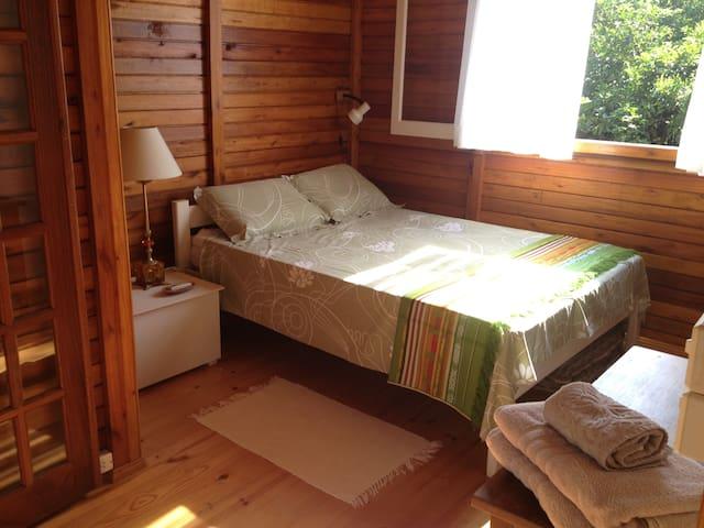 O quarto é equipado com uma cama de casal, ar condicionado, ventilador e armário.