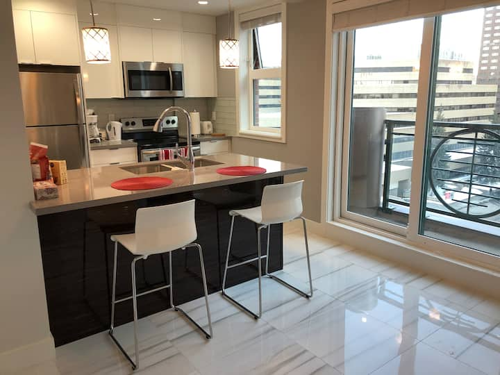 NEW, Cozy Penthouse By the Bow River - WiFi+A/C