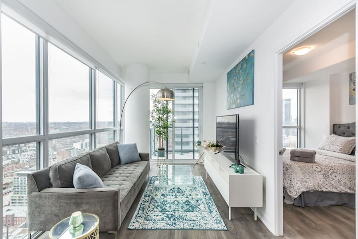 Stylish Corner Unit Amazing View Heart of Downtown