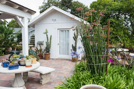 Garden Cottage with a bathroom, Kitchenet & patio