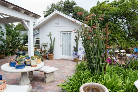 Garden Cottage with a bathroom, Kitchenet & patio
