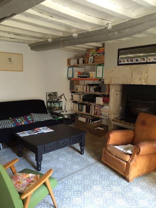 Le salon est equipé d'un canapé convertible deux personnes qui pourra servir (plutôt) de lit d'appoint.