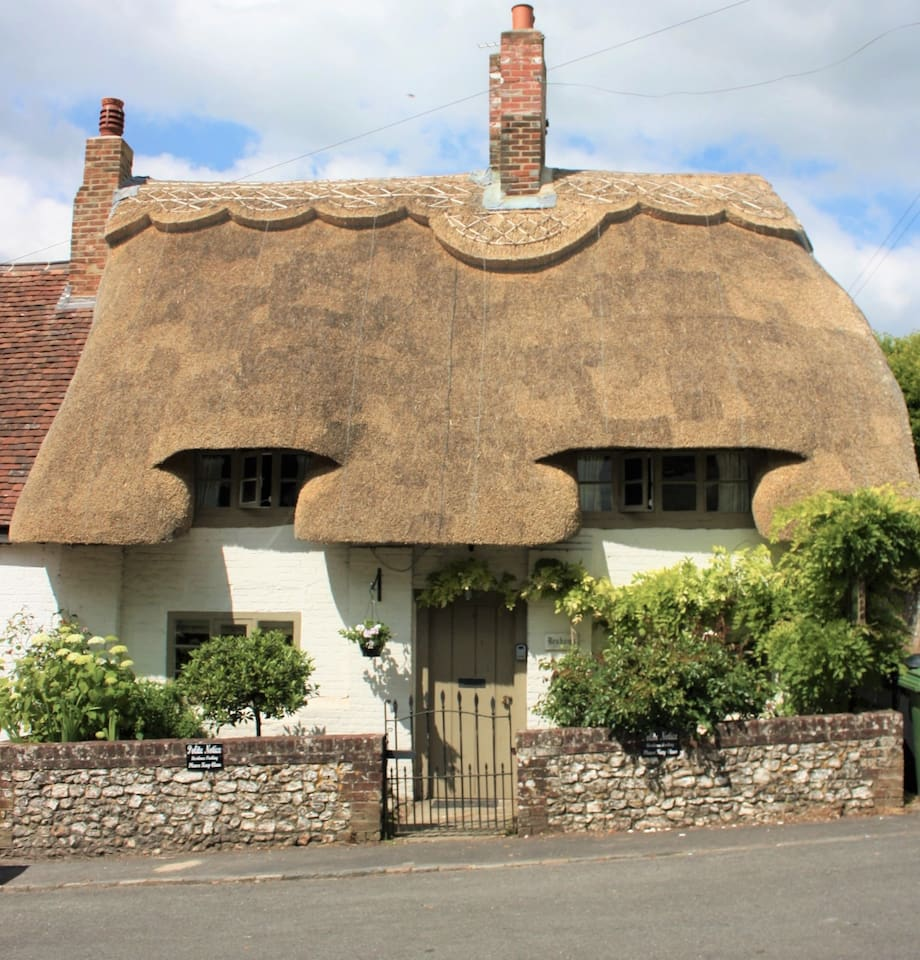 Idyllic thatched cottage with adjoining guest barn & continental breakfast.