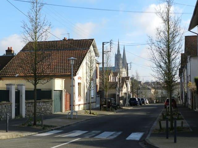 Cama en una casa en centro - Chartres - House