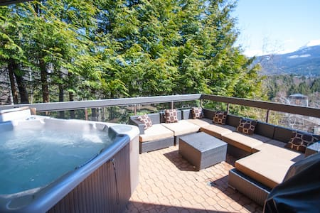 Modern Blueberry Condo, Private Hot Tub, BBQ, Best View in Whistler, Pool