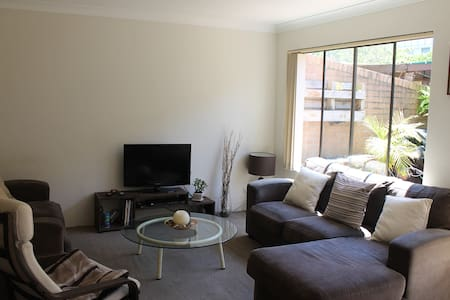 A stone's throw to the beach. - Bondi Beach - Townhouse