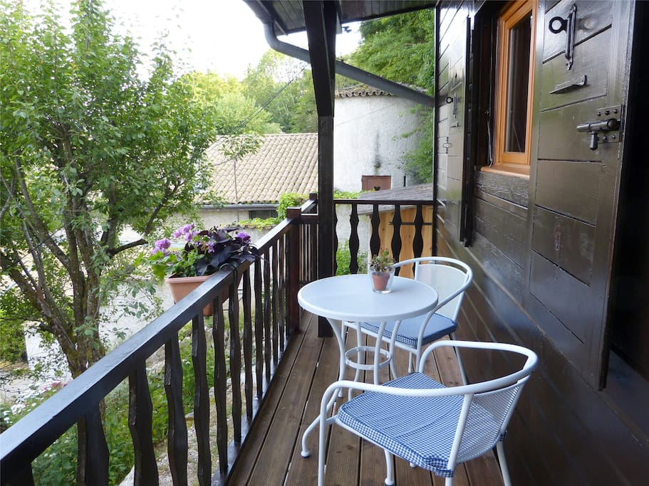 Sur le balcon abrité, la pause café ou petit-déjeuner.