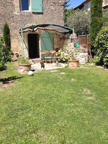 Jolie maison en pierre avec jardin - Gordes - House