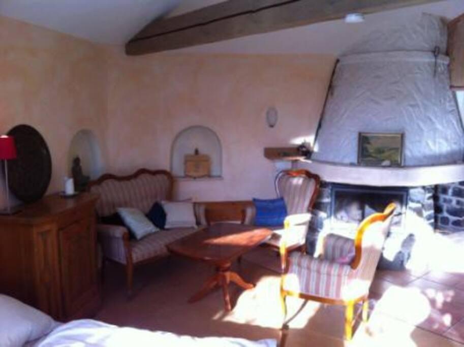 Unser Kaminzimmer: Ein großes Einzelzimmer mit Kamin und viel Ruhe.