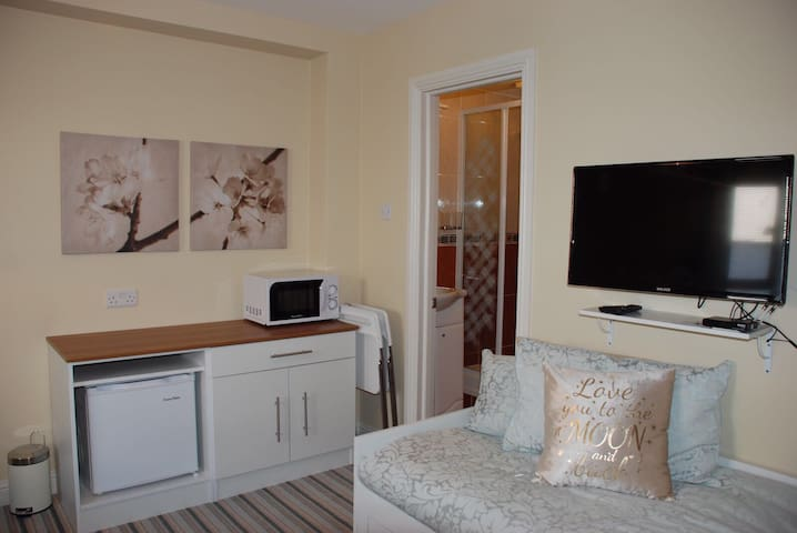 Lovely room convenient to Airport and city. Room 6