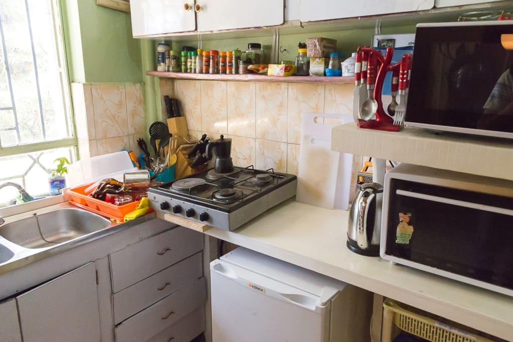 Kitchen, fully equipped (fridge, stove, microwave, oven, gas, etc.)