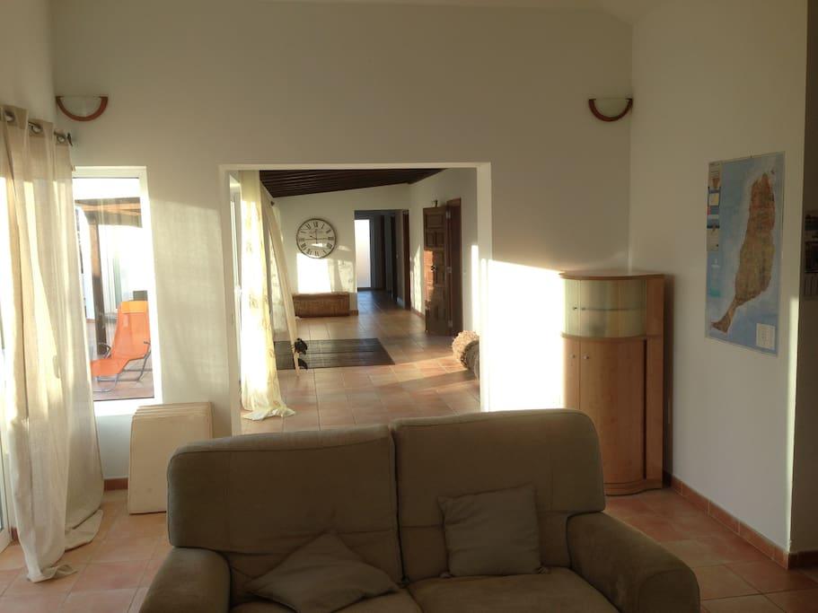 Living room / salón con entrada y terraza exterior al fondo