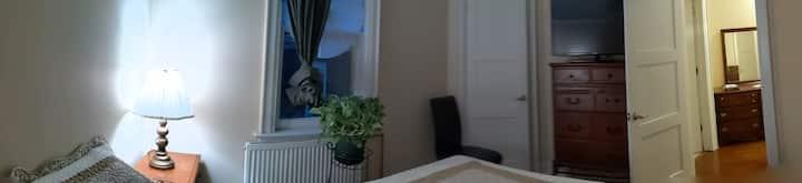 Comfy atTheToronto Beaches, 1 Qn Bed Room