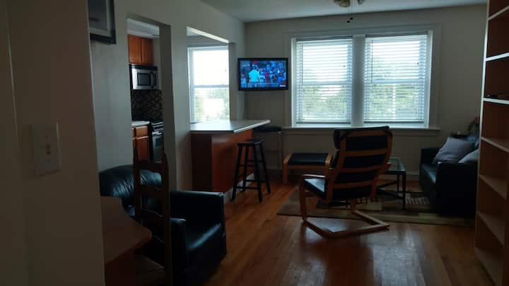 Spacious Murphy Bed Studio with Kitchen & W/D!