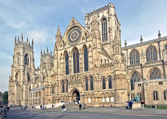 10 Minutes Walk to York Minster through the city centre