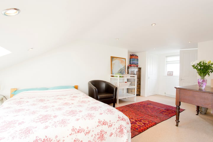 Central Large Attic Room Close To Queen's Park