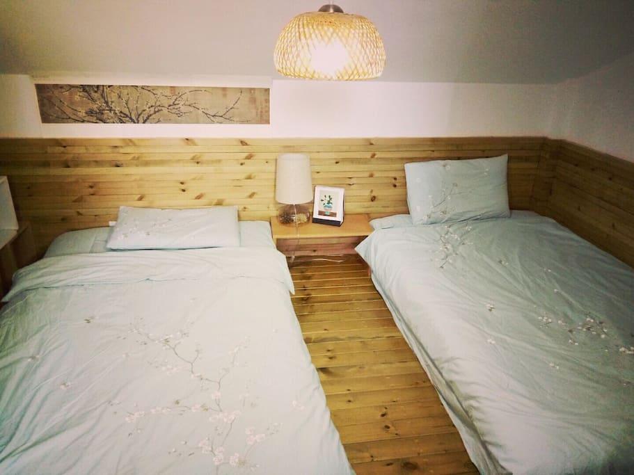 卧室两张单人床,刺绣全棉床品