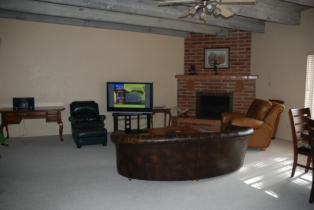 Huge Great Room, leather sofa, fireplace, lots of other seating