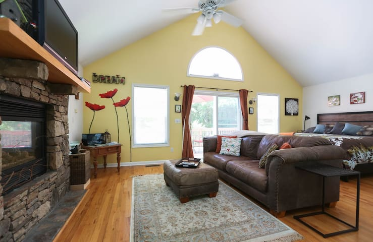 Romantic,private cottage,fireplace, Kbed close2all - Weaverville - บ้าน