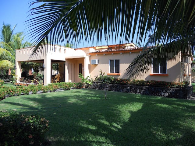 Peaceful beach property - Los Cobanos - Hus