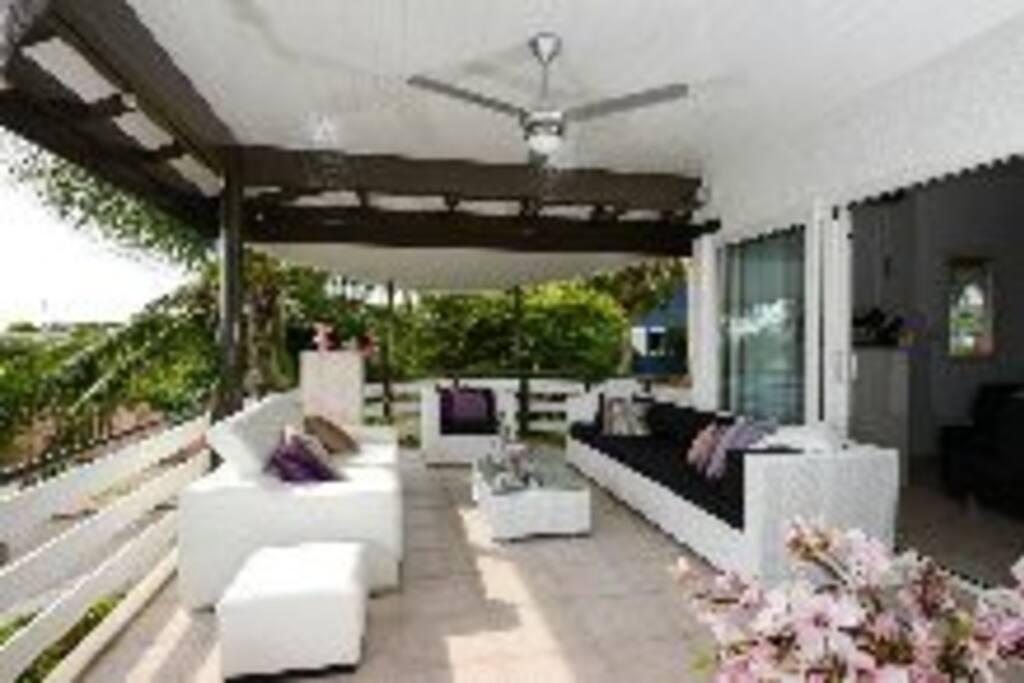 porch met ruime loungeset