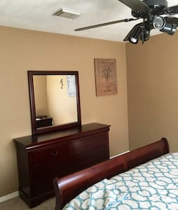 Amazing upstairs private  bedroom - Pearland - Hus