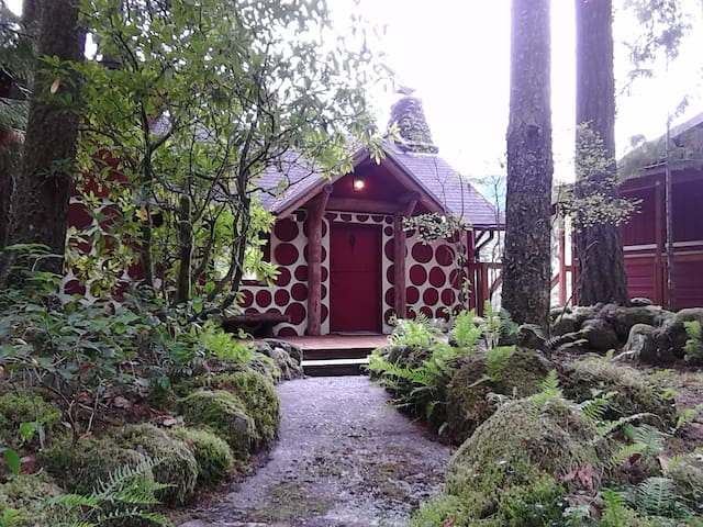 Little Yew Lodge - Romantic Riverfront 1920s Cabin