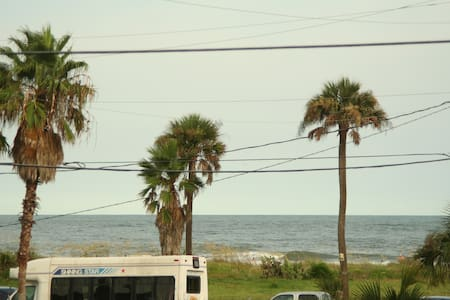 Ocean view block from dwntwn - 富丽海滩(Folly Beach) - 公寓