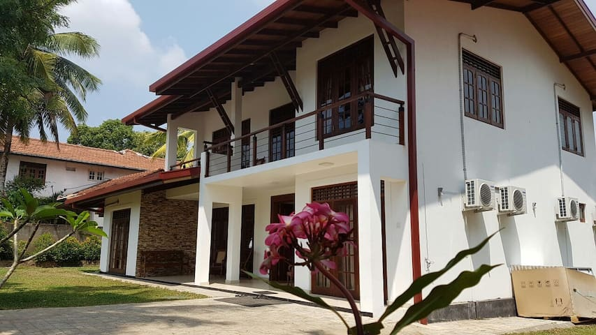 Cozy peaceful  Room in luxury villa - mattegoda Kottawa srilanka - House