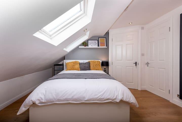LT En Suite Loft Room With Kitchenette (Wanstead)