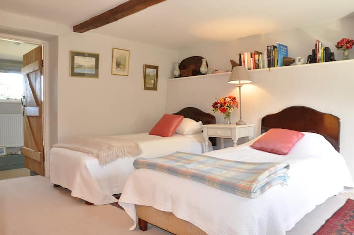 Lower Leigh Cottage, Twin Room with en suite Bath