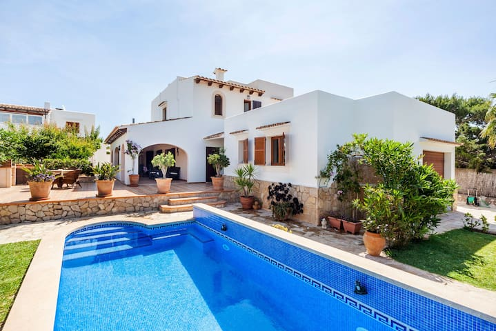 Family-friendly townhouse with private pool – Casa Dos Estels