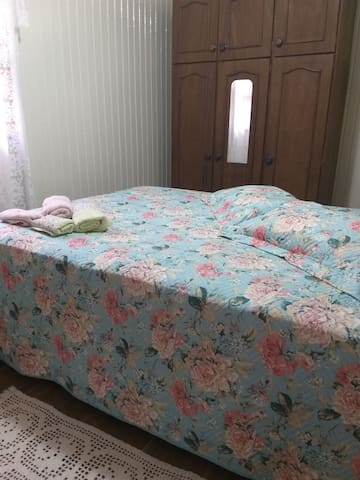 Quarto 1 com cama queem mais armario com roupas de cama  para disponível para todos os hóspedes da casa