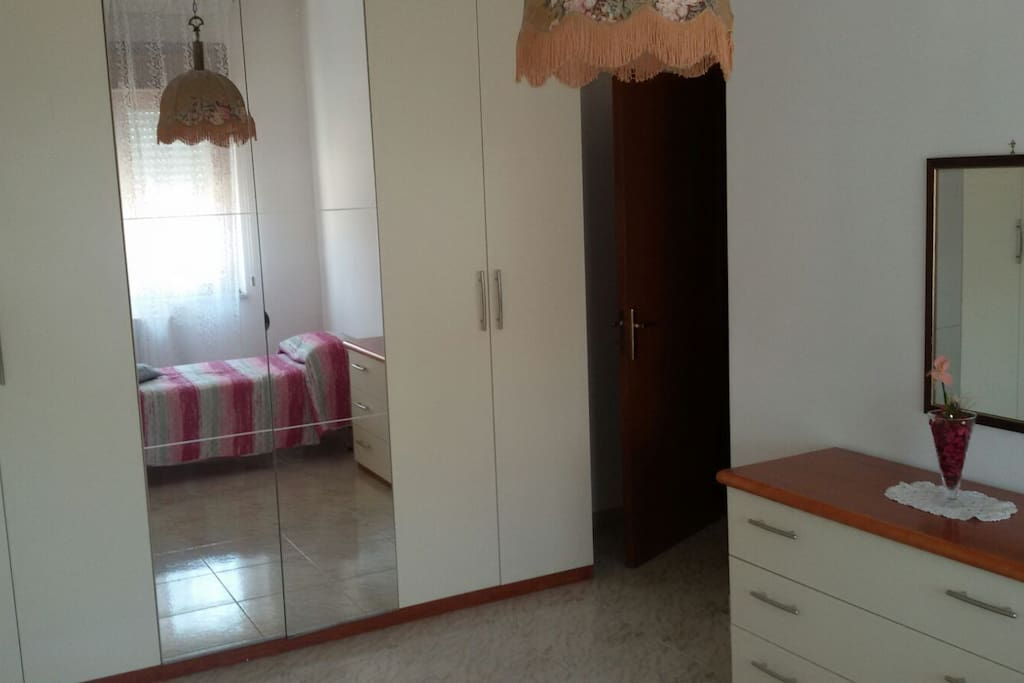 1 stanza da letto con un letto / 1 bedroom with 1 single bed