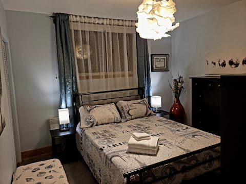 Lovely Bright Bedroom with Queen Bed - Smart TV