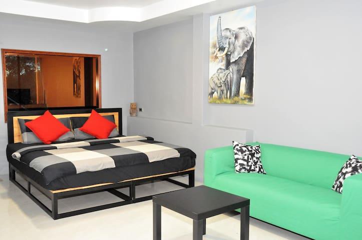 Spacious bedroom w/ king-sized bed & AC - Binlar 1