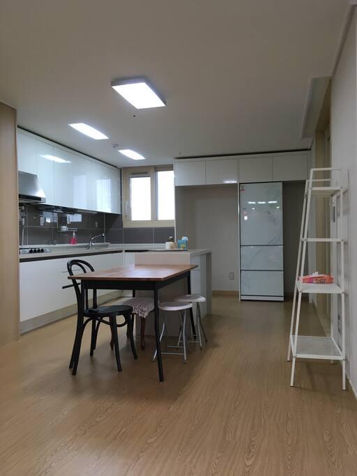 주방전경. 일반냉장고 대신 김치냉장고가 있고 수납장안에 기본 조리도구와 주방용품들이 비치되어 있습니다.