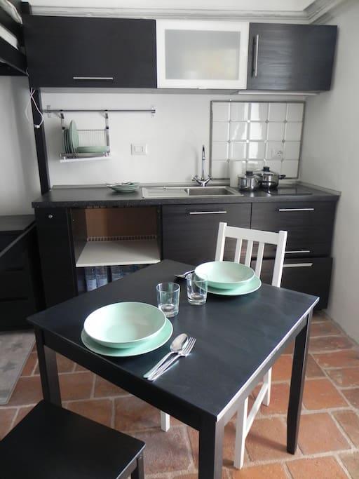 Cucina per due e tavolo per due