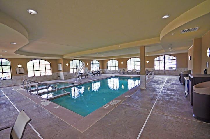 Free Breakfast, Free Wi-Fi, Indoor Pool and Hot Tub | Great Studio