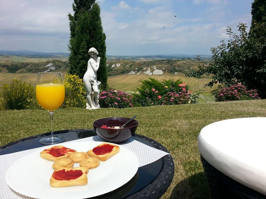 Exclusive breakfast in the garden with views of Siena and Crete Senesi