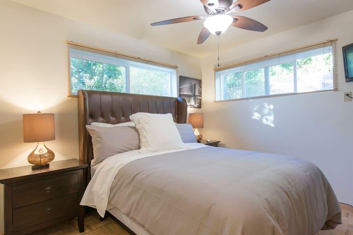 Cozy Queen Bed 2 @ Needful Things! - El Cerrito - Bed & Breakfast
