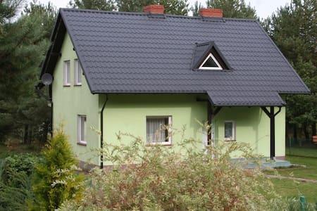 Villa Tamila. Dom nad jeziorem w pobliżu Ostrzyc. - Haus