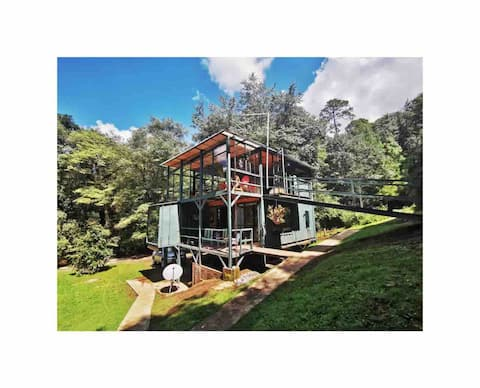 TreeTops. Cabaña completa en el bosque y río.