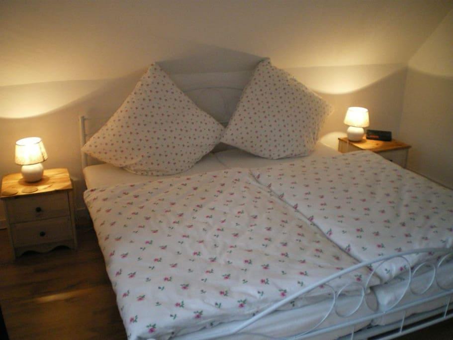 Eines von 4 sehr gemütlich eingerichteten Schlafzimmern.