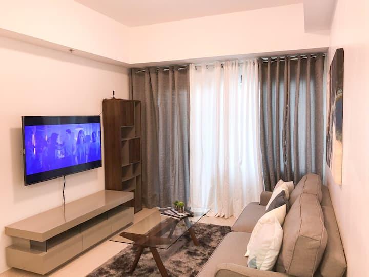 Modern minimalist 1 BR unit w/ balcony, Alabang