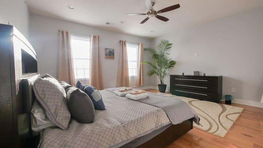 Jacuzzi, King-bed in huge Master Suite